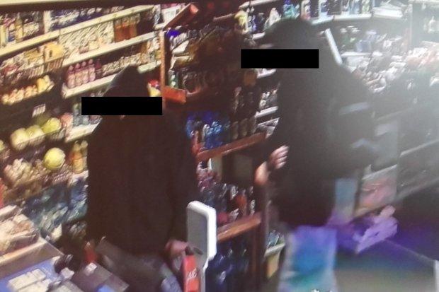 Pobili ekspedientkę w sklepie i ukradli 700 zł. Zostali tymczasowo aresztowani