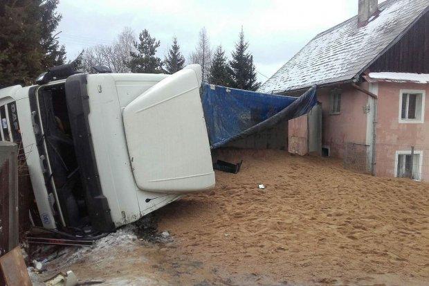 Wypadek w Pławnej: wywróciła się ciężarówka z piaskiem