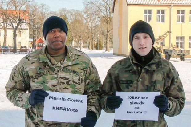 Żołnierz US Army i pancerniak zachęcają do… głosowania na Marcina Gortata