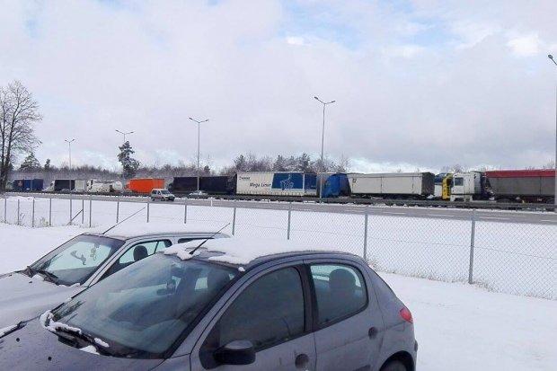 Dachowanie Citroëna na A4. Ogromny korek na autostradzie