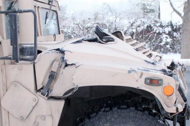 Wypadek: ciężarówka US Army zderzyła się z busem