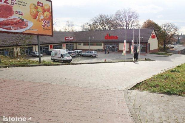 Mieszkańcy osiedla 40-lecia pytają o poręcze i chodnik do sklepu Dino