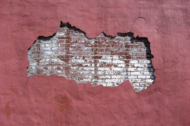Pokłócił się z kobietą i zrobił dziurę w ścianie hotelu