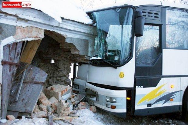 Autobus PKS Bolesławiec uderzył w budynek