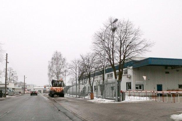 Przy Baderze po interwencji sprzątają, chodnik na moście nadal zaniedbany