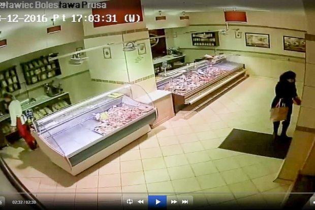 Ukradła portfel w sklepie mięsnym. Poznajesz ją?