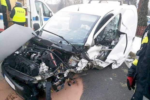 Trzy osoby w szpitalu po zderzeniu dwóch aut w Kozłowie