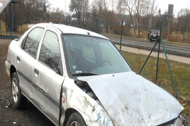 19-letni kierowca Forda wypadł z obwodnicy i staranował ogrodzenie skateparku