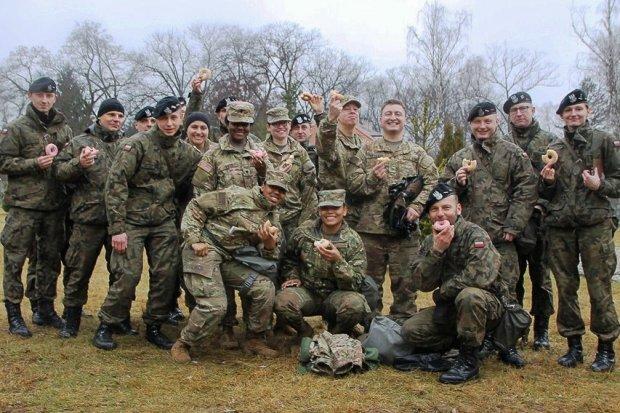 Pancerniacy i żołnierze US Army uczcili… tłusty czwartek