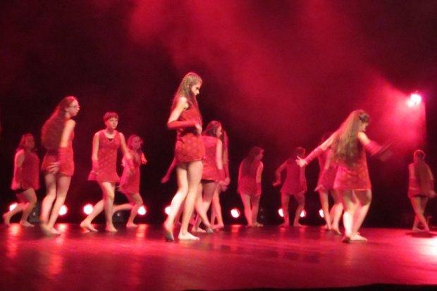 70 tancerzy na scenie w spektaklu muzycznym Kairos – wykorzystać czas