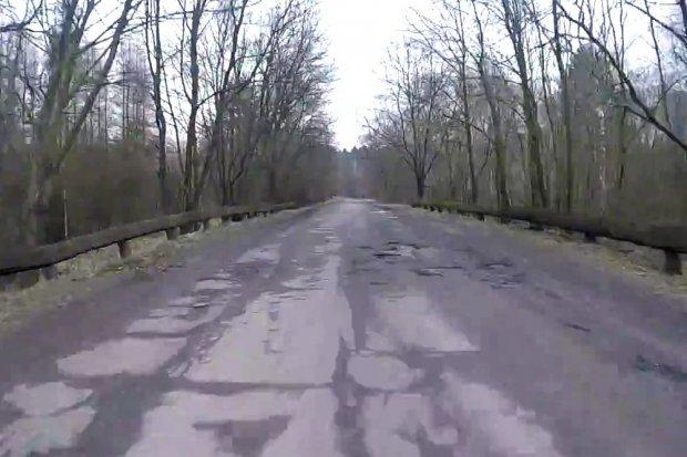 Kilkaset aut dziennie na drodze przez Łozy. Mieszkańcy: katastrofa!