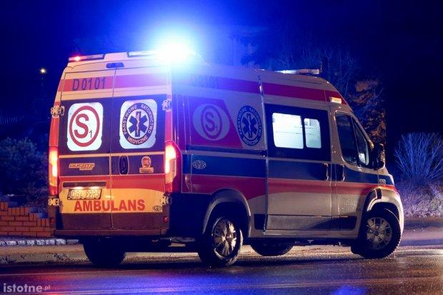 Audi zderzyło się z busem. Jedna osoba trafiła do szpitala