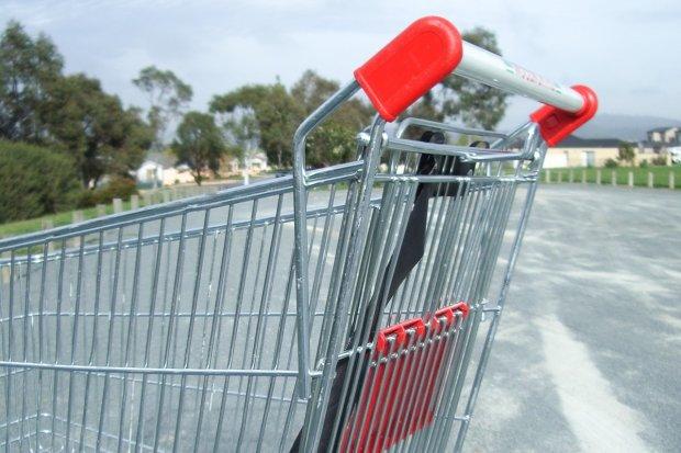 Zakupy w dobie koronawirusa. Czy sklepy dezynfekują wózki?