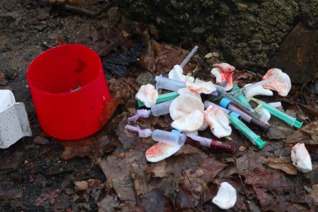 Porzucone igły, strzykawki i gaziki z krwią w lasku na Piastów