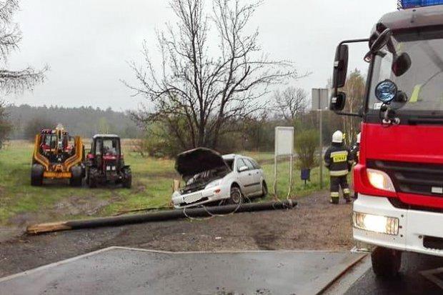 Wypadek w Kozłowie: osobówka ścięła słup