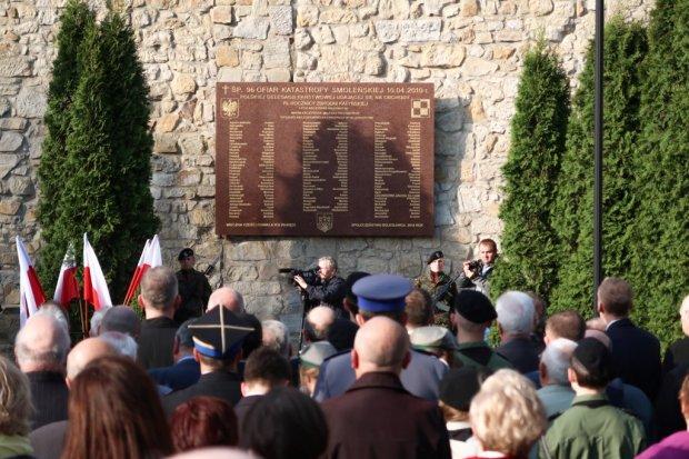 Prawie 200 osób czci 7 rocznicę katastrofy pod tablicą smoleńską