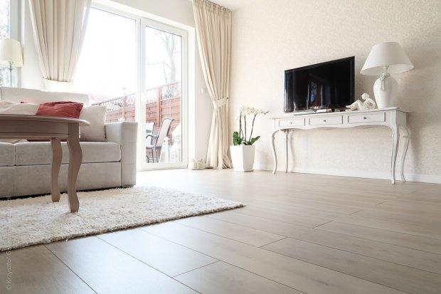 Mieszkanko skąpane w bieli – tak się mieszka w Bolesławcu