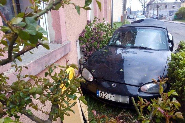 Zderzenie Mazdy z Renaultem w Kruszynie – jedna osoba ranna