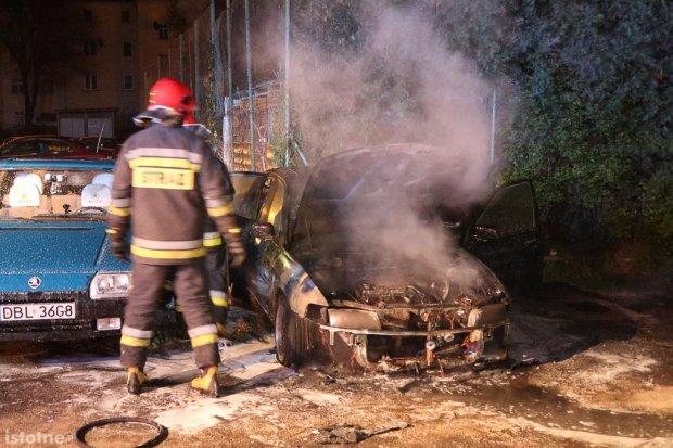 W nocy spłonęło auto przy Piotra i Pawła