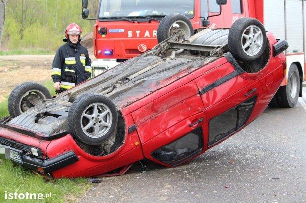Volkswagen dachował po zderzeniu z Toyotą – dwie osoby ranne