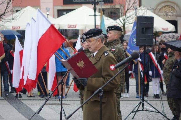 Deszczowe Święto Flagi na bolesławieckim Rynku