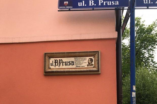 Ceramiczne szyldy z nazwą ulicy już na Prusa