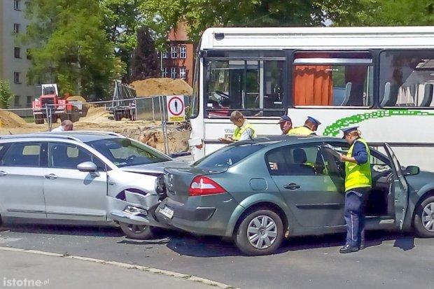 Wypadek na Podgórnej. Zderzyły się trzy pojazdy, dwie osoby ranne