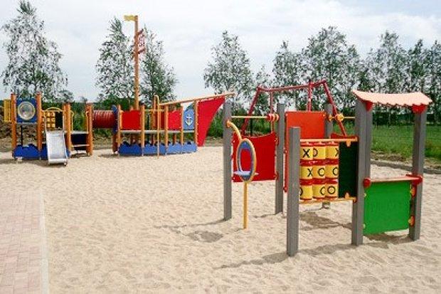 Plac zabaw w Parzycach gotowy, i to przed wakacjami