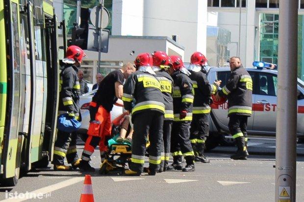 Volkswagen zderzył się z autobusem na Chrobrego, 3 osoby ranne