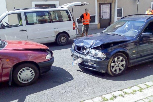Młody kierowca BMW po alkoholu doprowadził do zderzenia z Oplem
