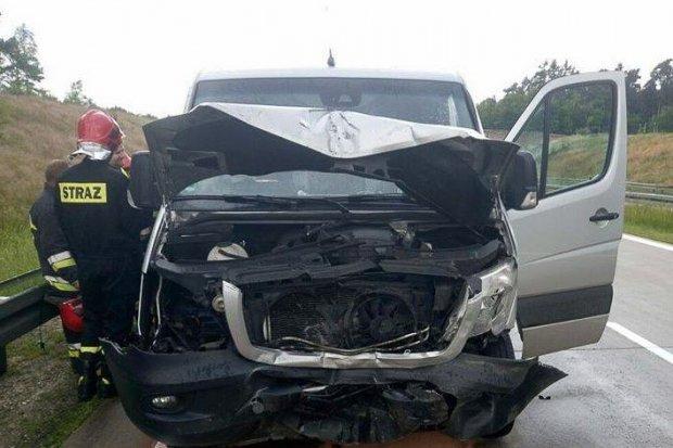 Zderzenie Seata z Mercedesem na A18. Jedna osoba ranna