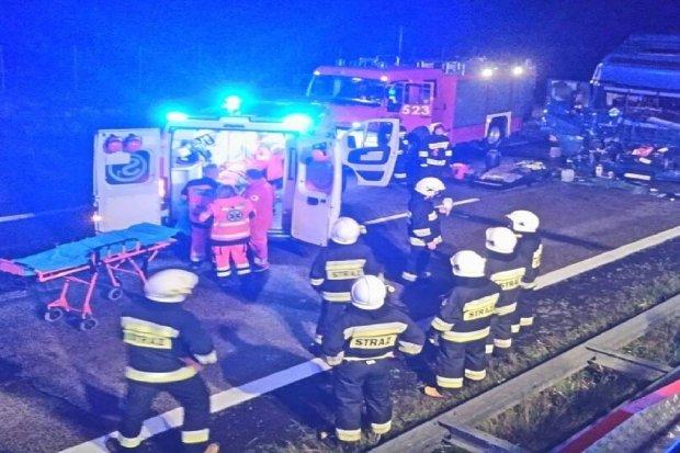 Zderzenie dwóch ciężarówek na DK18 – dwie osoby ranne