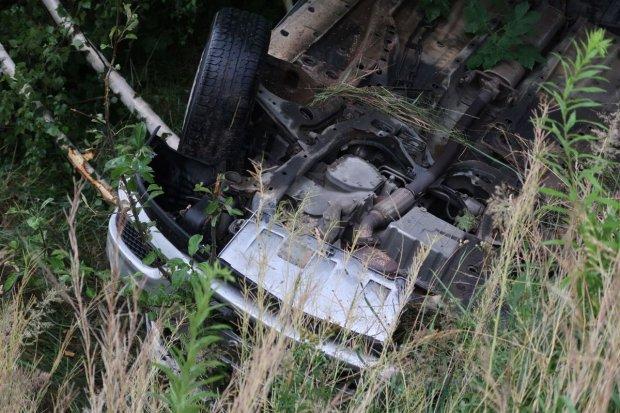 Auto dachowało pod Bolesławcem przez rozlany na drodze olej