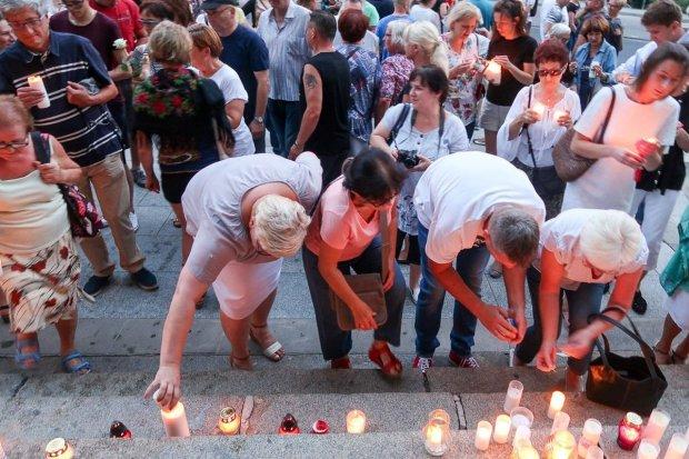 Ponad 150 osób protestowało przed bolesławieckim sądem