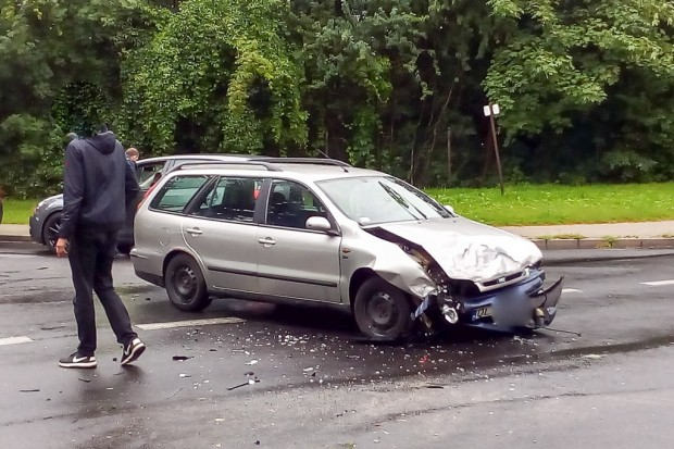 Toyota dachowała po zderzeniu z Fiatem. Jedna osoba ranna