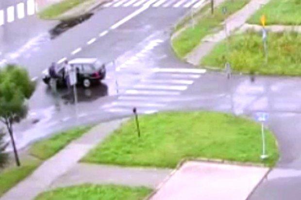 Kierowca zasłabł, stanął na środku skrzyżowania. Pomogli mu dopiero policjanci