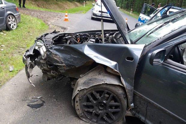 Kolizja między Osiecznicą a Tomisławiem. Kierowca BMW ranny
