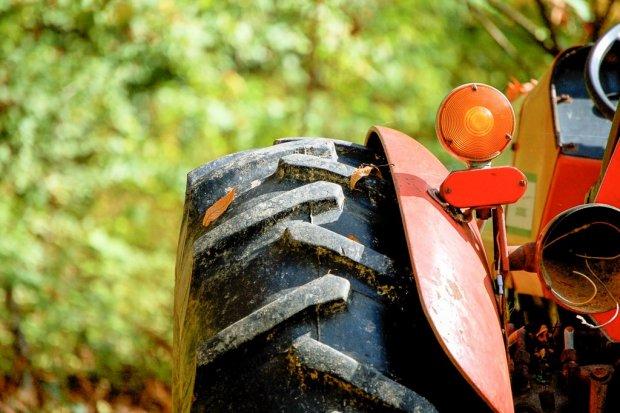 Ocice: jechał za szybko i wywrócił traktor