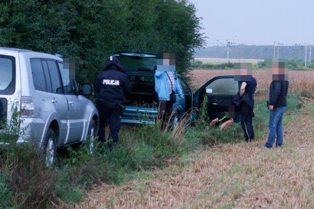 Policyjny pościg: zatrzymane 2 osoby, trwają poszukiwania kierowcy