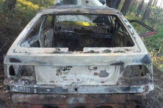 Spalone auto straszy w lesie między Parową a Starym Węglińcem