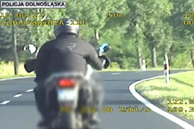 Motocyklista przekroczył prędkość o 70 km/h. Dostał mandat i 10 punktów karnych