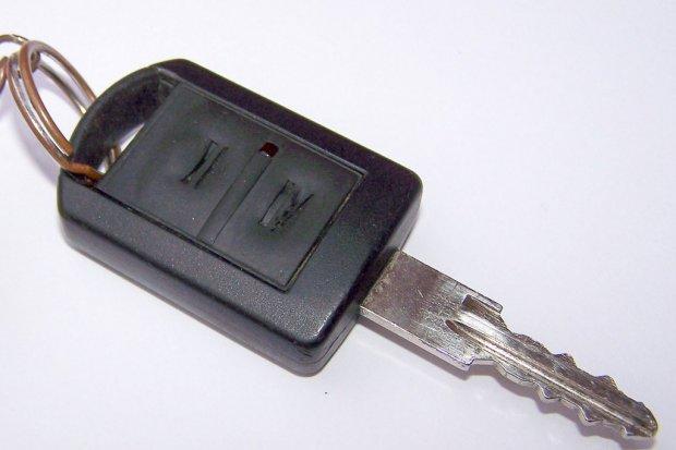 Właściciel zostawił kluczyki w aucie. Złodziej wsiadł i… odjechał