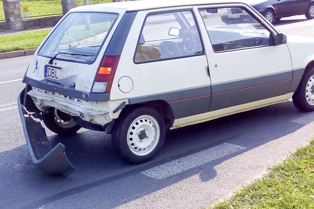Mercedes najechał na tył Renaulta. Jedna osoba ranna