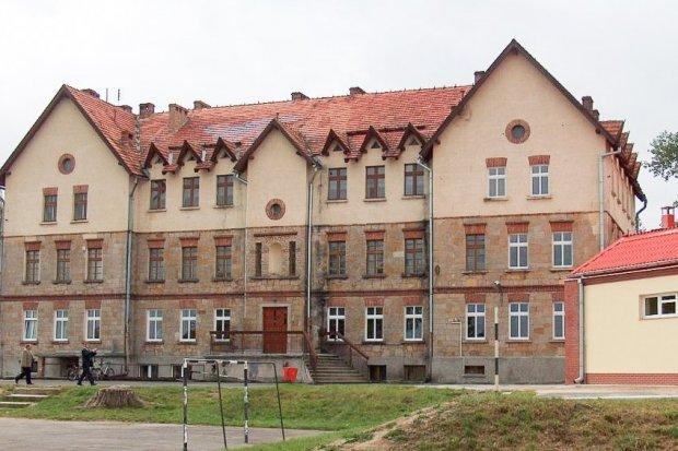 Dobudówka przy szkole w Tomaszowie to fuszerka?
