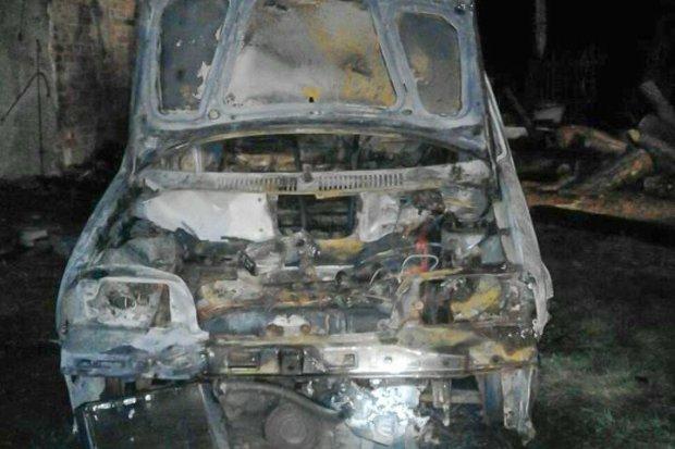 Pożar auta i budynku gospodarczego w Godzieszowie