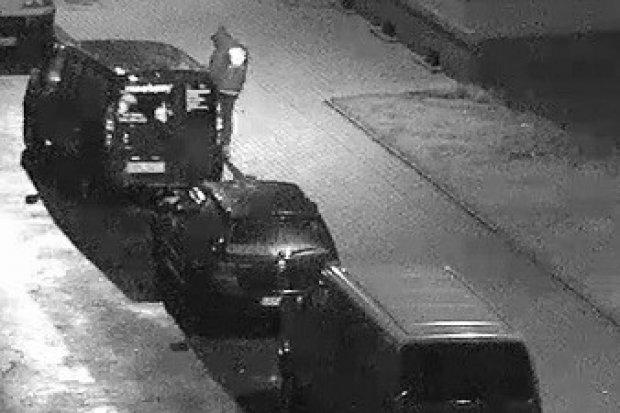 Wyrwał lusterko samochodowe, kopał w inne auta. Nocny wandal w rękach policji