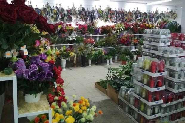 CER FAR: duży, samoobsługowy sklep ze zniczami i kwiatami