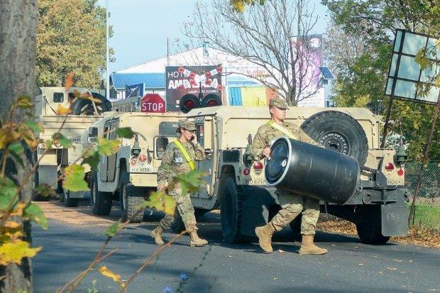 Pojazdy US Army rozjeżdżają powiatową drogę