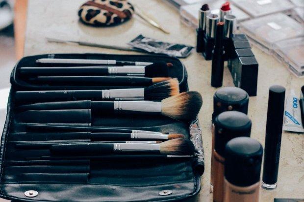 Idealna kosmetyczka – jakie akcesoria powinny się w niej znaleźć?