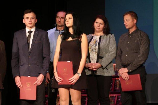 Najlepsi uczniowie i absolwenci szkół powiatowych nagrodzeni